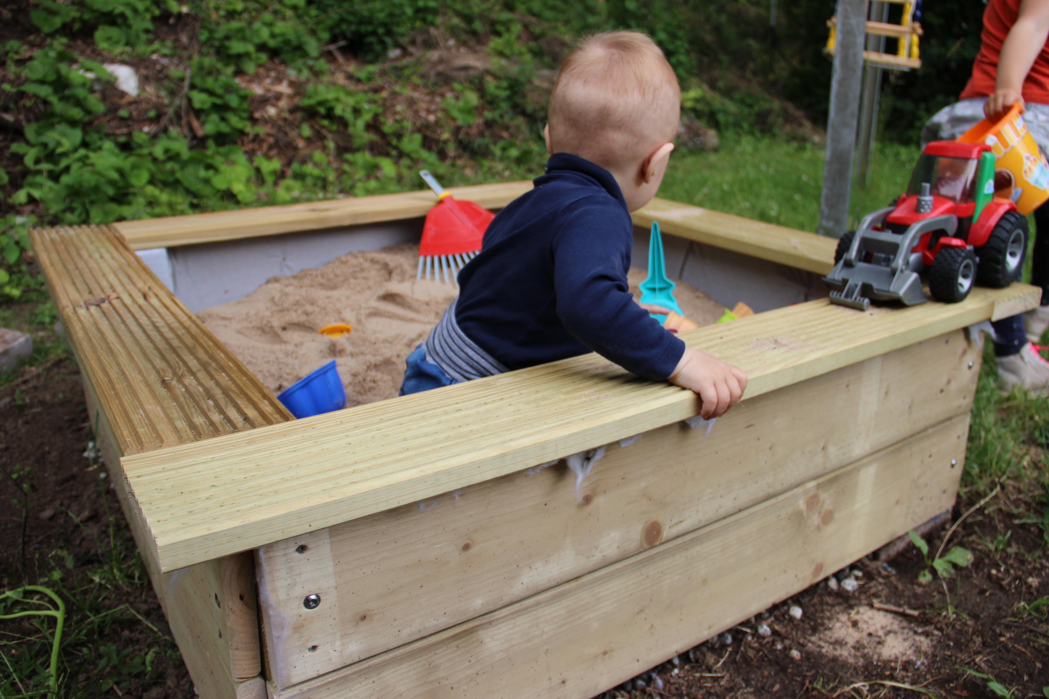 selbstgebauter sandkasten stabil und einfach zu bauen kinderleute. Black Bedroom Furniture Sets. Home Design Ideas