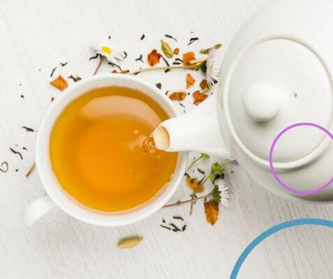 Tee aus Gänseblümchen und Wildkräutern ganz einfach selbst machen